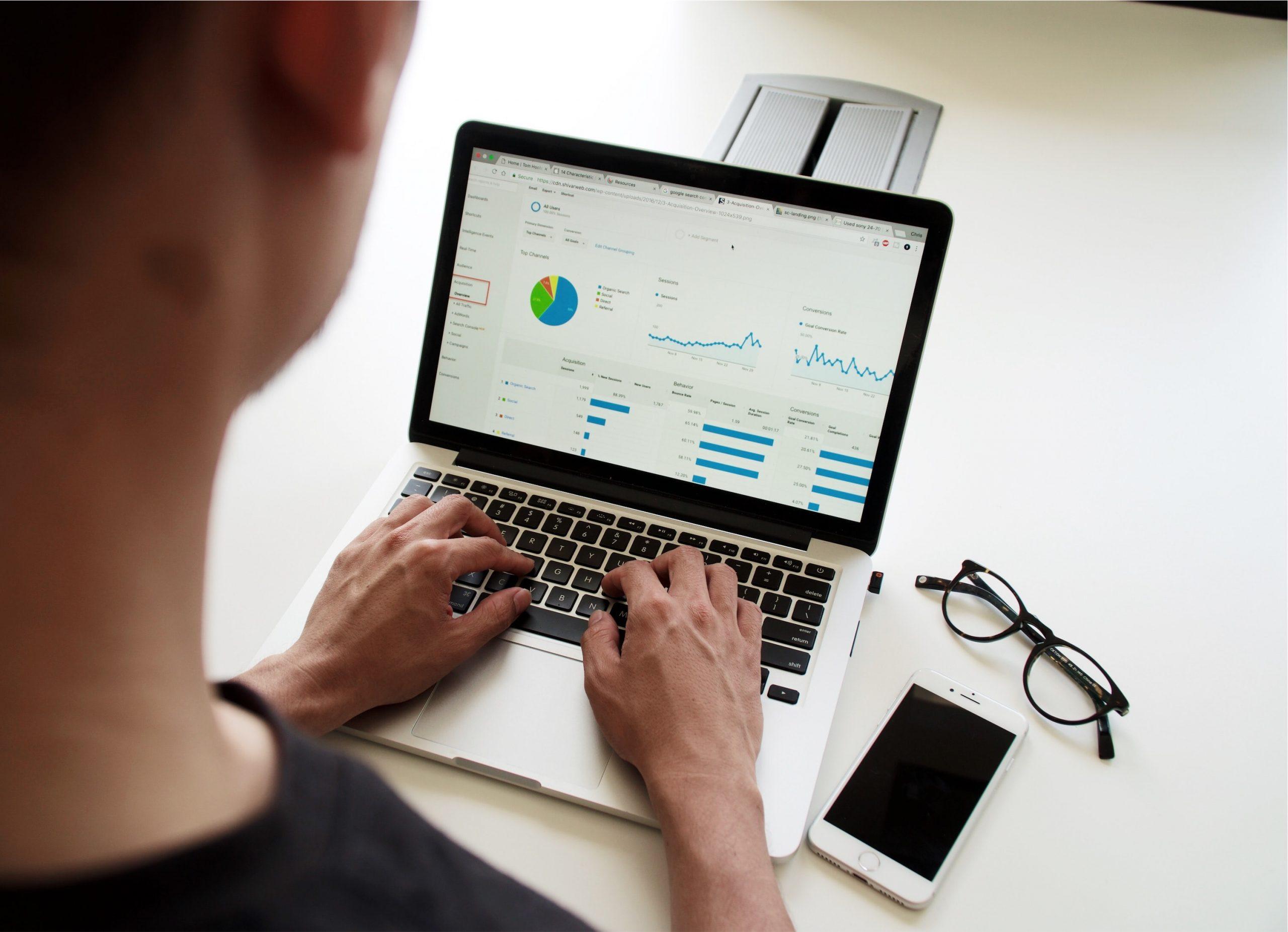 Personne naviguant sur Google Analytics